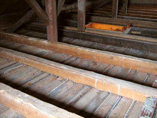 Meist muss die Decke mitbehandelt werden. Sie ist für Heißluft nur erreichbar, wenn dazu die Schüttung ausgebaut wird.
